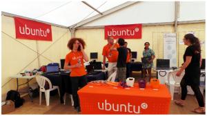 Espace Ubuntu aux RMLL : quelques membres de l'équipe et des utilisateurs venus demander conseil.