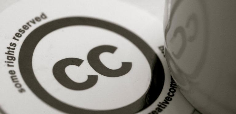 Sticker du logo Creative Commons avec une tasse