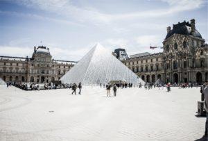 Glass pyramid in front of Louvre Museum par Unsplash en Licence CC0