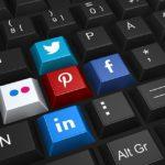 photographie d'un clavier avec 4 touches représentant les logos des principaux réseaux sociaux